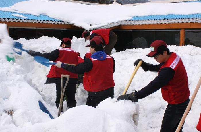 소외된 이웃에게 따뜻한 마음을 전하는 강원도 폭설지역 제설작업
